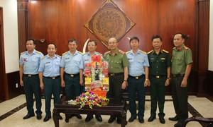Trung tướng Lê Đông Phong chúc Tết các đơn vị quân đội và gia đình chính sách