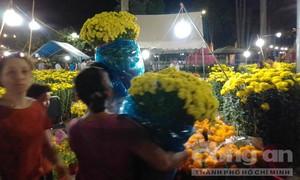 Người dân nhộn nhịp mua hoa trước Giao thừa
