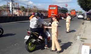 Mùng 5 Tết, CSGT đội nắng phát nước miễn phí cho người đi đường