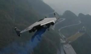 """""""Người chim"""" bay lượn quanh thắng nổi tiếng Trung Quốc"""