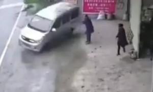 Clip hai người thoát chết thần kỳ khi ôtô gặp nạn