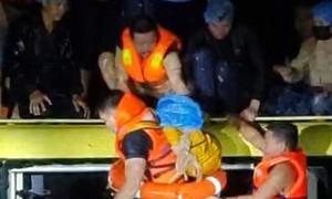 Những người hùng bất chấp nguy hiểm cứu 18 người trên xe khách bị lũ cuốn trôi