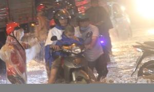 Đồng Nai: Mưa hơn 2 tiếng, nước chảy như lũ trên đường Bùi Văn Hoà