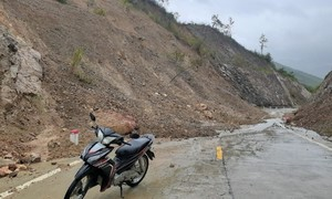 Trung Bộ và Tây Nguyên mưa rất to, nhiều nơi bị ngập úng, sạt lở