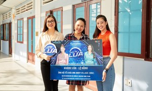 Khánh Vân và Lệ Hằng trao tiền thưởng gameshow cho ngôi nhà OBV