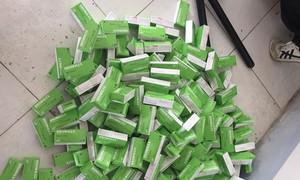 Đối tượng chở hàng ngàn hộp thuốc tân dược bỏ chạy khi gặp công an