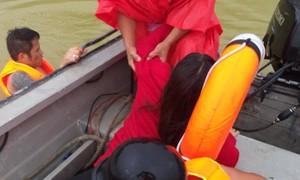 Công an lao xuống sông cứu người phụ nữ tự tử