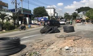 Sắt cuộn hàng chục tấn kéo nhau rơi xuống đường, đè nát xe máy