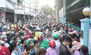 """Chen lấn để mua khẩu trang """"chưa từng thấy"""" ở Sài Gòn"""