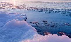 """Clip kỳ thú """"núi lửa băng"""" phun trào ven hồ Michigan"""