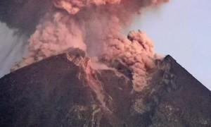 Cận cảnh núi lửa phun trào, tro bụi bay lên cao 2.000m