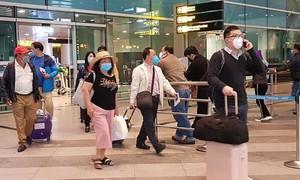 Hai du khách đến từ Daegu phản ứng khi được đề nghị theo dõi sức khỏe