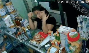 Clip người phụ nữ vào tiệm thuốc nhanh tay trộm điện thoại