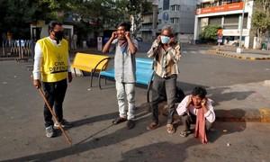 """Ấn Độ phạt roi, """"thụt dầu"""" với người vi phạm lệnh phong tỏa"""