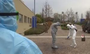 """Clip chuyên gia y tế quân đội Nga bước vào """"cứ địa chết"""" ở Ý"""