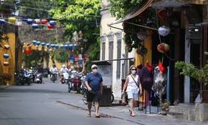 Quảng Nam: Người dân tụ tập tắm biển, thả diều, bất chấp lệnh cấm