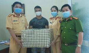 Một người dân tặng hàng ngàn khẩu trang cho lực lượng chống dịch