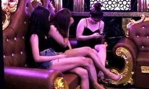 """Nhiều quán karaoke vẫn điều """"chân dài"""" giữa cao điểm dịch Covid-19"""