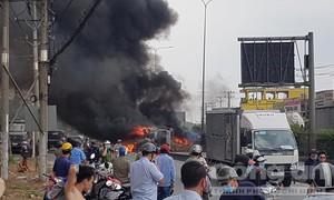 Xe ben lật nhào rồi bốc cháy ngùn ngụt ở Sài Gòn