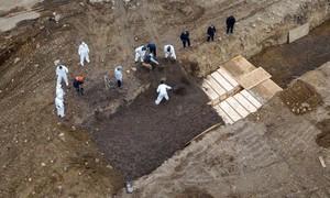 Mỹ đào hố chôn tập thể những người chết do nCoV không thân nhân