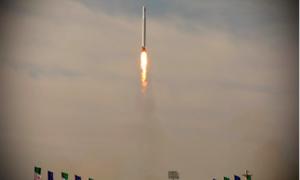 Iran lần đầu phóng thành công vệ tinh quân sự