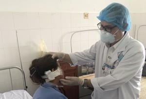 Chai xịt trị hen phát nổ làm đứt vành tai phải