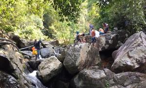 Hơn 20 người vượt chốt chặn vào rừng dã ngoại