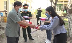 Trao giấy chứng nhận hoàn thành cách ly cho 153 người về từ Anh