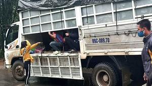 """Xe tải chở 14 người trong thùng kín để """"né"""" kiểm soát, đi đám tang"""