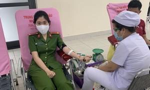 CBCS Công an TPHCM hăng hái hiến máu cứu người