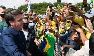 Dân tức giận lăng mạ tổng thống Brazil vì vi phạm lệnh phong toả