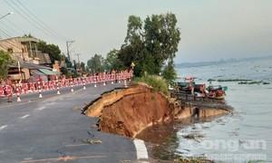 Quốc lộ 91 cũ bị cuốn xuống sông Hậu, di dời khẩn cấp 27 hộ dân