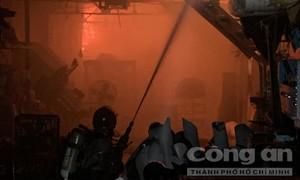 Cháy lớn tại xưởng giày trong khu dân cư ở Sài Gòn