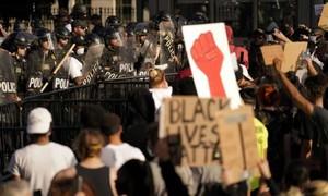 Clip hàng trăm người biểu tình đụng độ cảnh sát bên ngoài Nhà Trắng