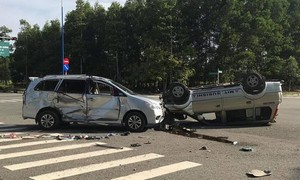 Hai ô tô tông nhau giữa phố rồi lật ngửa, 7 người bị thương