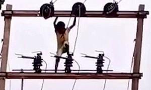 Thót tim với bé trai 5 tuổi leo cột điện cao thế để...ngắm cảnh