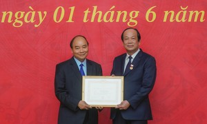 Trao Huy hiệu 40 năm tuổi Đảng cho Chủ nhiệm VPCP Mai Tiến Dũng