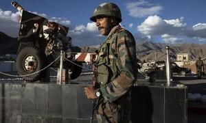 Trung Quốc và Ấn Độ cùng điều động xe chiến đấu, pháo ở biên giới