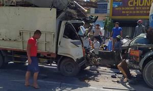 Xe tải tông xe bồn chở xăng, Cảnh sát phải cưa cabin đưa tài xế ra ngoài