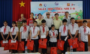 Tân Hiệp Phát trao hàng trăm phần quà cho trẻ em khó khăn