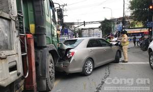 Xe Camry bị kẹp bẹp dúm giữa hai xe tải, tài xế nhập viện