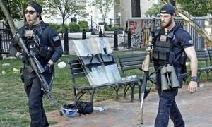 Hai mật vụ mang súng bắn tỉa 'khủng' hộ tống Trump