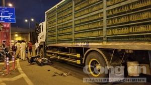 Xe tải kéo lê 2 mẹ con tại khúc cua tử thần ở Sài Gòn