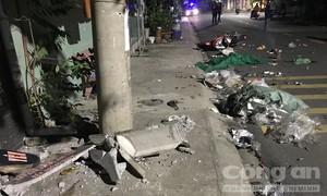 Xe máy tông nát vụn ghế đá trên vỉa hè, 2 người thương vong