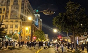 """Clip trực thăng quân sự Mỹ """"đe dọa"""" người biểu tình khi hạ độ cao"""