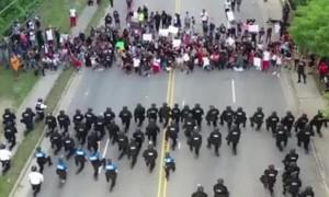 Clip 60 cảnh sát Mỹ qùy gối trước đám đông người biểu tình