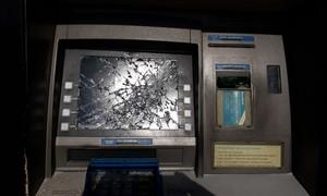 """Rút tiền bị nuốt thẻ, xách búa đến máy ATM """"đòi tiền"""""""