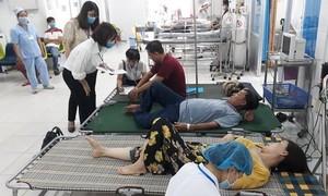 Gần 100 khách du lịch nhập viện sau bữa tiệc tại nhà hàng