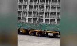 """Tòa nhà khổng lổ nặng hàng nghìn tấn có thể """"đi lại"""" dễ dàng"""