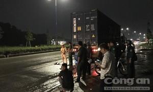 Xe máy tông đuôi container đậu bên đường, một người nguy kịch